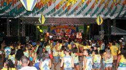 Blocos que desfilariam no São Pedro fizeram a festa no Palco Mestre Chicão, no último domingo (06)