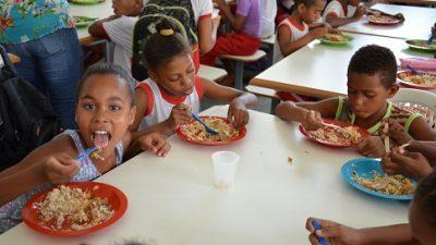 Secretarias estão fazendo teste de inclusão do pescado na merenda escolar