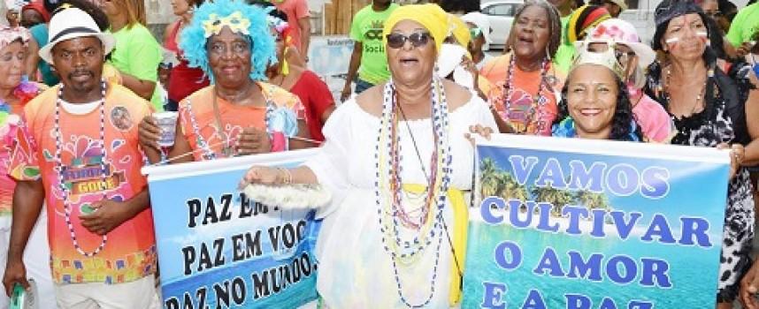 CarnaSocial: foliões de todas as idade brincaram ao som das marchinhas carnavalescas