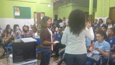 Secretarias promoveram uma palestra socioeducativa no bairro do Caípe de Baixo, no Colégio Estadual Ana Junqueira Ayres Tourinho (CEAJAT)