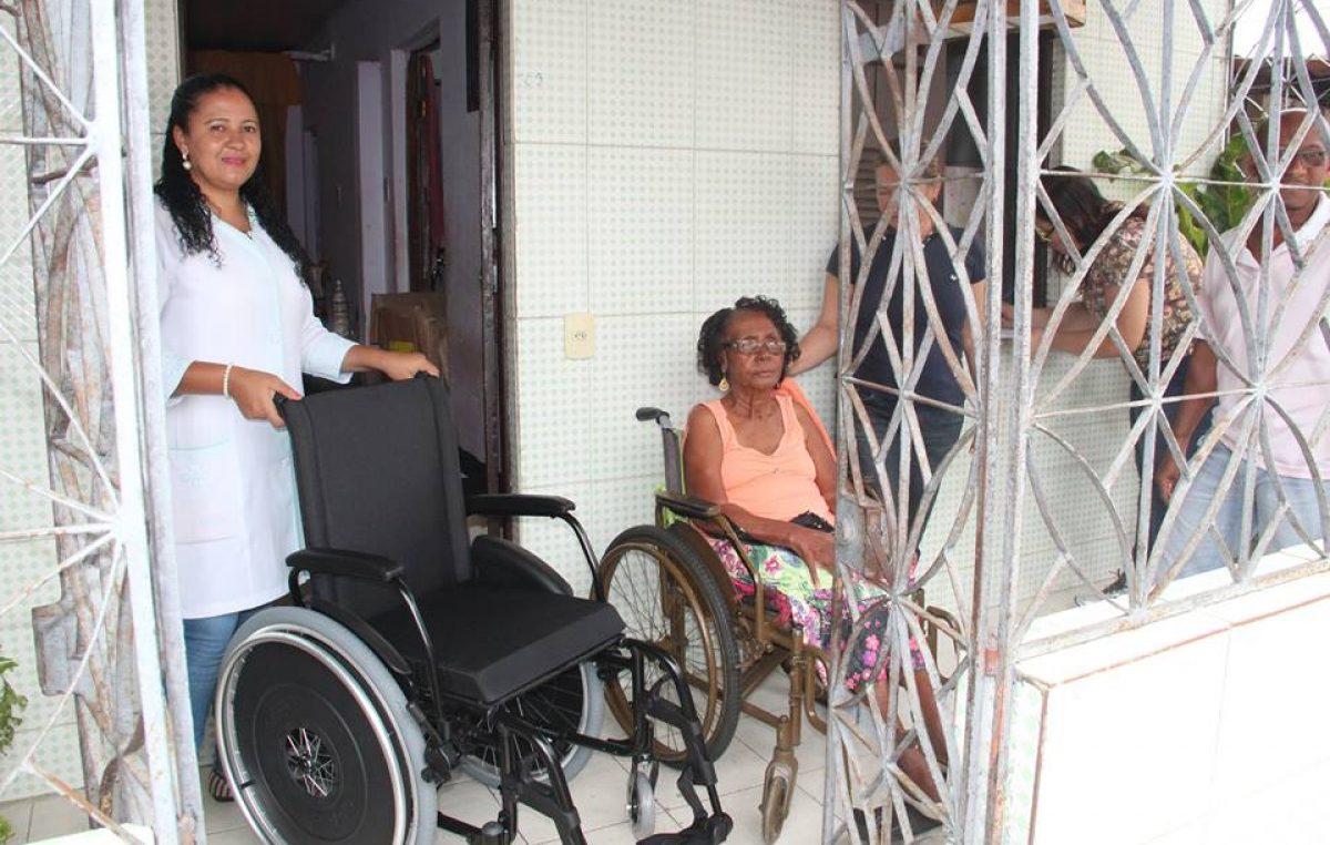 Município entregou cadeiras de rodas e cadeira higiênica através do Programa de Tecnologia Assistiva em Saúde