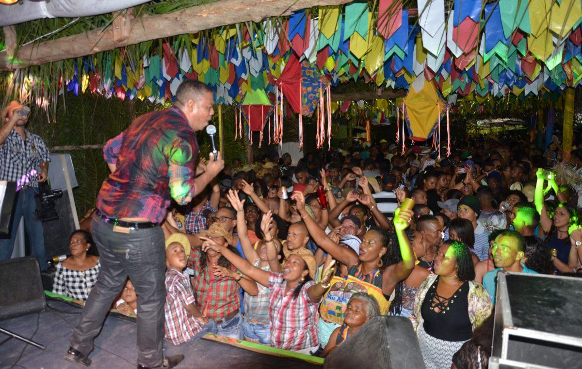 Público lotou novamente Praça André Curcino Cruz para o terceiro dia do 'Arraiá do Vem Cá'