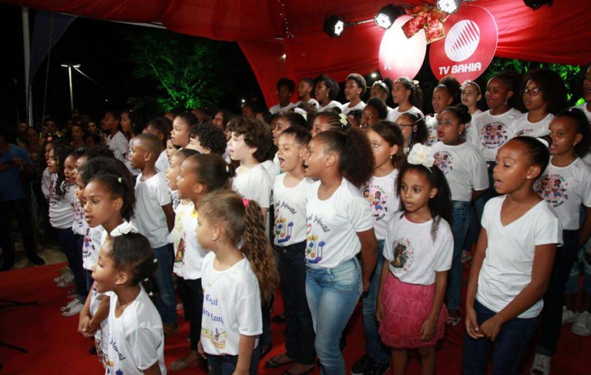 Coral composto por alunas da rede municipal de ensino canta no Shopping Piedade