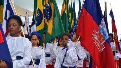 Mesmo debaixo de forte chuva, desfile cívico do 7 de setembro atraiuo povo franciscano
