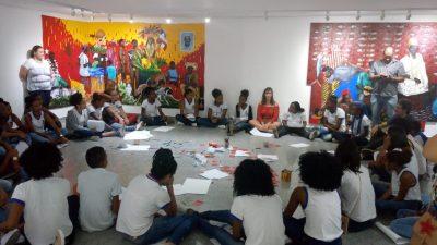 Estudantes franciscanos visitam exposição artística em galeria soteropolitana