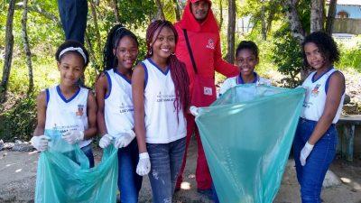Estudantes do Instituto Municipal Luís Viana Neto aprendem, na prática, a importância da reciclagem do lixo e da coleta seletiva