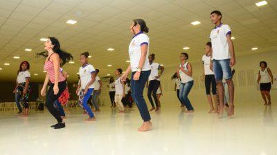Aprendendo através da dança: alunos da Rede Municipal de Ensino participam de workshop com dançarina internacional