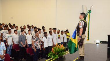 Jovens franciscanos prestam Juramento à Bandeira e recebem Certificado de Dispensa