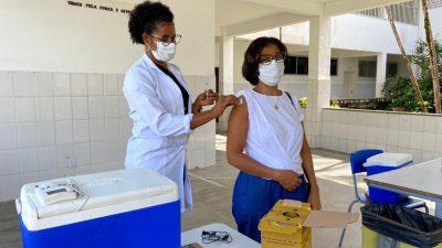 Profissionais da Rede Municipal de Ensino receberam a vacina contra a Covid-19