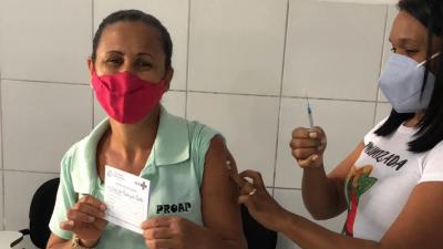 Prefeitura vacina profissionais da educação contra a COVID-19